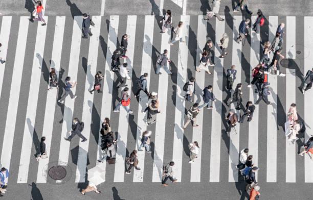 Menschen, die die Straße auf dem Gehweg Tokyo Japan überqueren – Foto