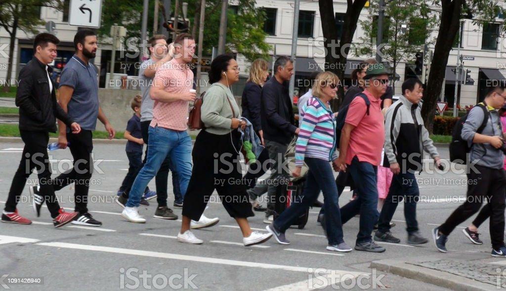 People Crossing Zebra Crossing - Стоковые фото 2010 роялти-фри