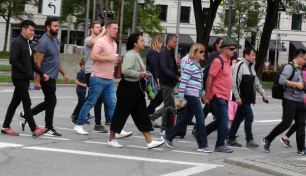mensen overstekende zebra crossing - 2010 2019 stockfoto's en -beelden