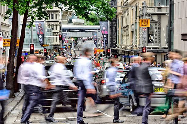 people crowd crossing street in central sydney - kinder die schnell arbeiten stock-fotos und bilder