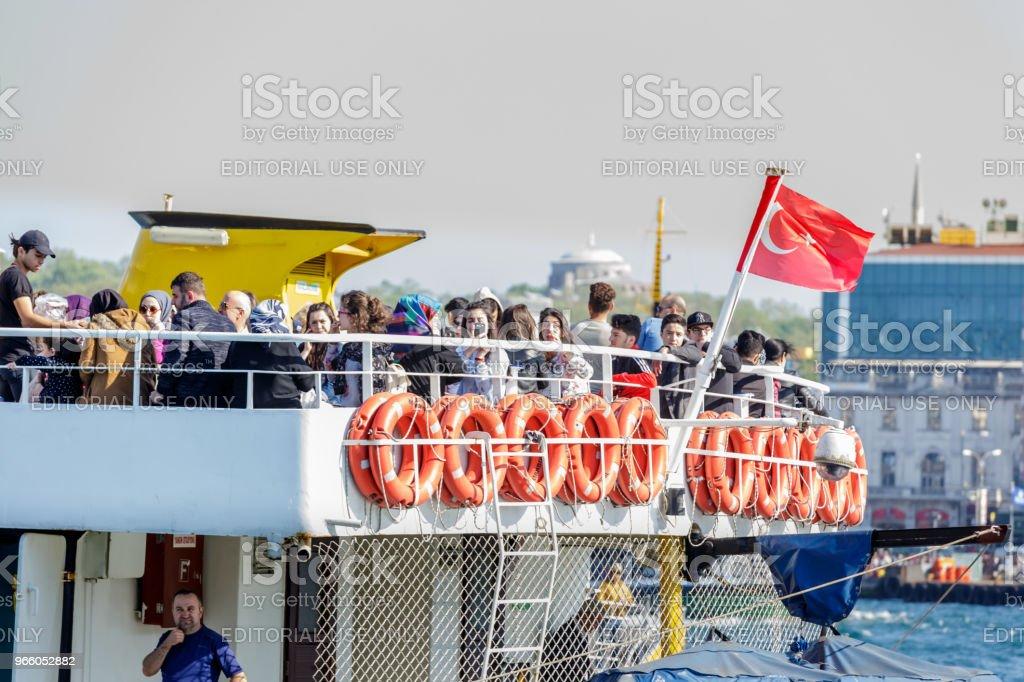 Personer kryssning med färja i Istanbul, Turkiet - Royaltyfri Berömd plats Bildbanksbilder