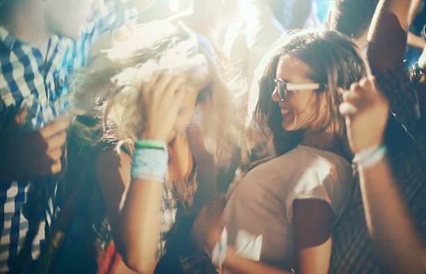Danse de gens à la fête. - Photo