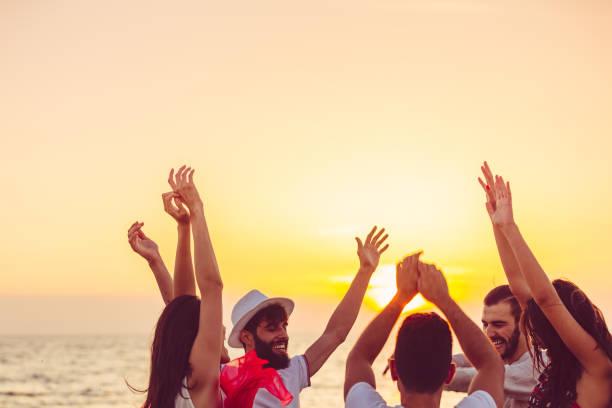 사람들을 손으로 해변에서 춤입니다. 음악, 파티, 사람에 대 한 개념 스톡 사진