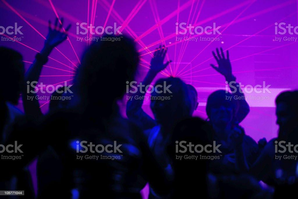 Menschen Tanzen im club mit laser – Foto