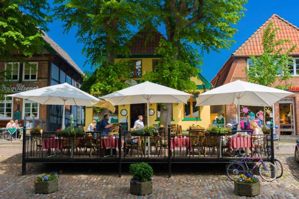menschen, die im externen restaurant in burg - nordsee urlaub hotel stock-fotos und bilder