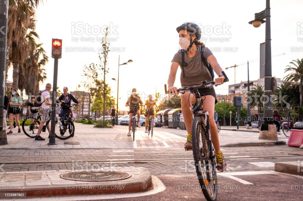 Personas haciendo deporte y caminando durante la pandemia del coronavirus en el Paseo Marítimo en Valencia, España - Foto de stock de Actividad libre de derechos