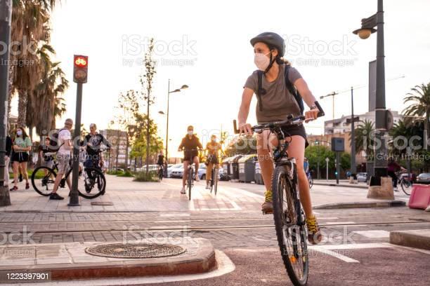 Personas Haciendo Deporte Y Caminando Durante La Pandemia Del Coronavirus En El Paseo Marítimo En Valencia España Foto de stock y más banco de imágenes de Andar en bicicleta
