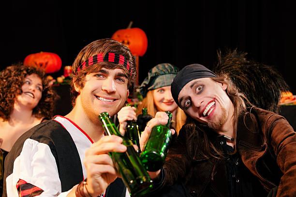 feiern zum karneval und halloween - bier kostüm stock-fotos und bilder
