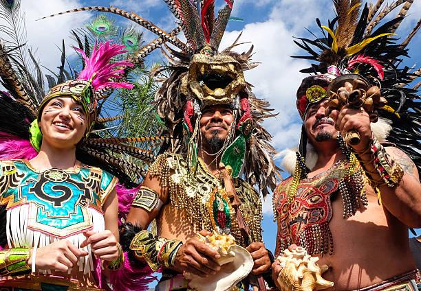 menschen anziehen als azteken-indianer - indianer make up stock-fotos und bilder