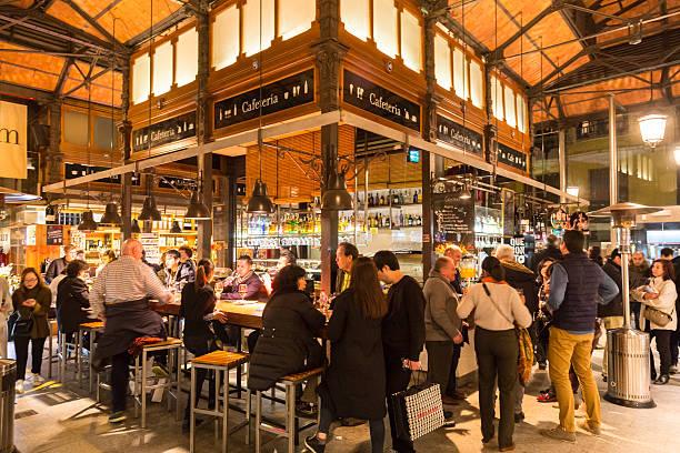 Menschen trinken und Essen in San Miguel-Markt, Madrid. – Foto