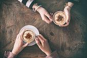 人が飲むコーヒー ハイアングル