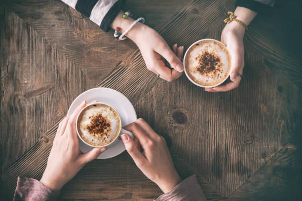 menschen sie trinken kaffee erhöhte ansicht - cafe stock-fotos und bilder