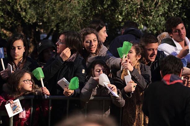 ludzie w droga krzyżowa, któremu przewodniczy papież franciszek - pope francis zdjęcia i obrazy z banku zdjęć
