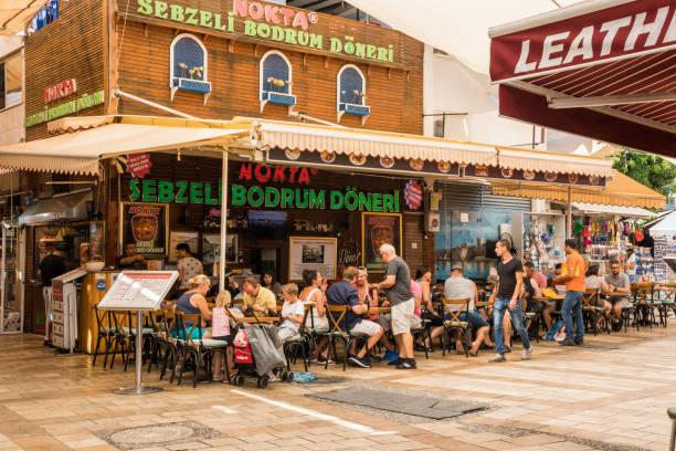 Menschen essen und trinken in einem belebten Café-Restaurant – Foto