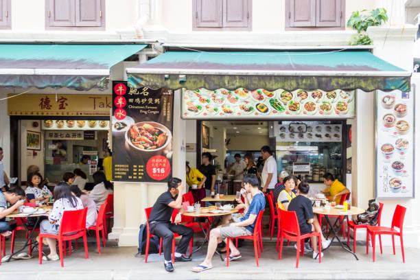 Leute essen auf der Straße vor einem Restaurant – Foto