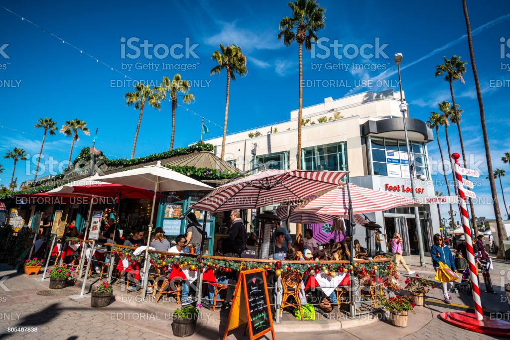 People eating outdoors in Santa Monica downtown, USA