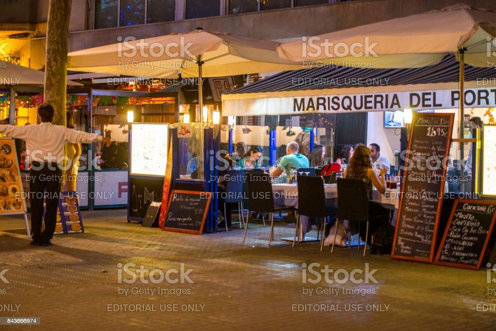 Gente comiendo al aire libre en el restaurante de pescados y mariscos, Barcelona, España - foto de stock