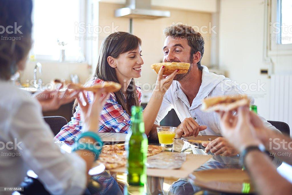 Menschen Essen Pizza wie zu Hause fühlen. – Foto