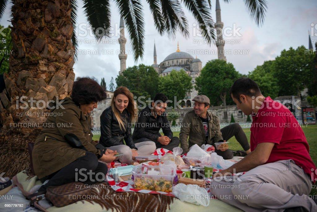 Gente que come comida de iftar de Ramadán en Estambul, Turquía - foto de stock