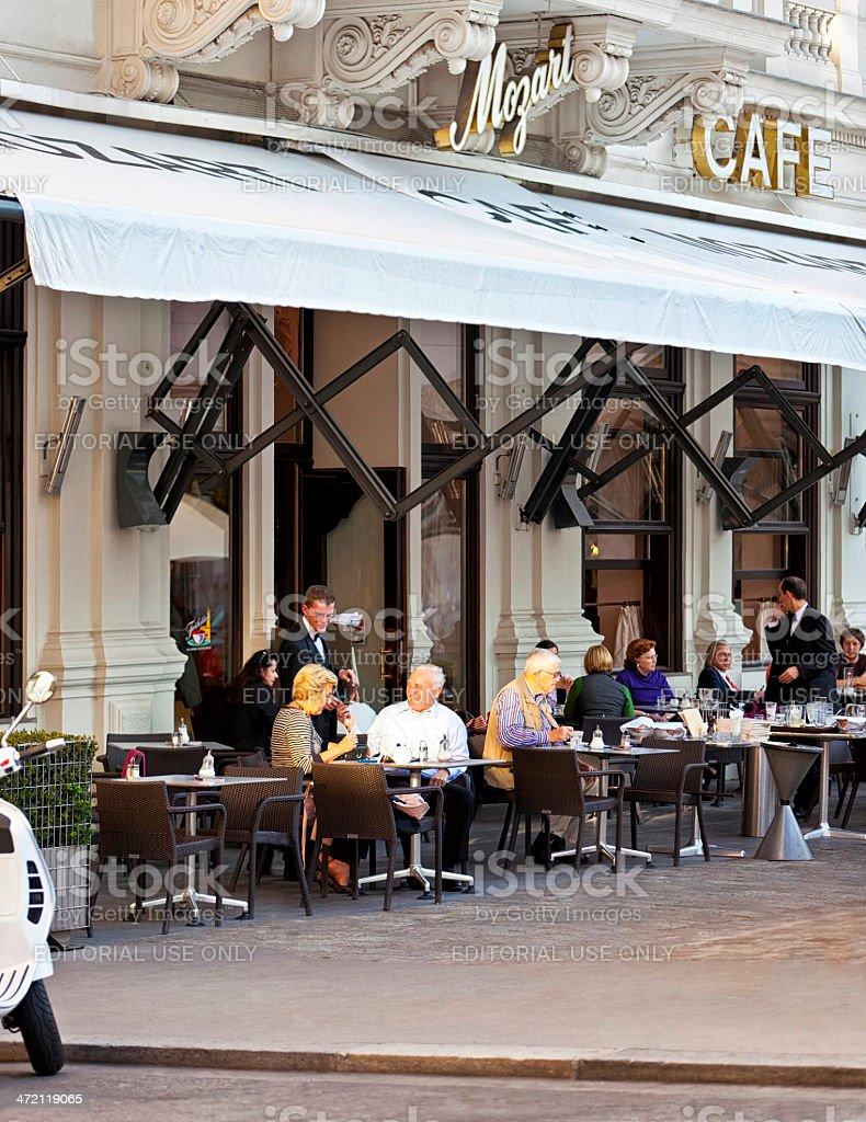 Menschen genießen Sie eine Tasse Kaffee im traditionellen Wiener Café – Foto