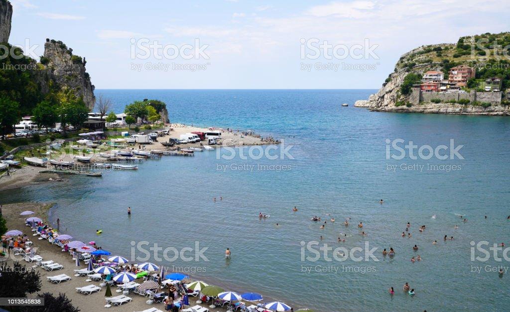 Karadeniz Amasra Beach'te insanlar zevk almak stok fotoğrafı