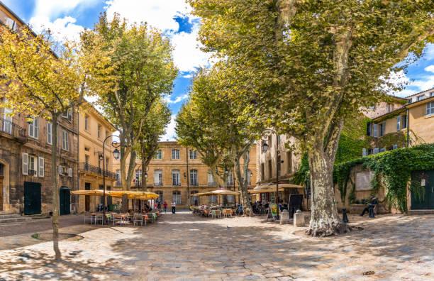 gens aiment se reposer dans un endroit recouvert d'arbres dans la vieille ville de charme aix en provence - aix en provence photos et images de collection