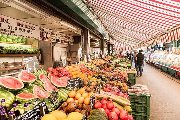 menschen genießen die naschmarkt in wien - naschmarkt stock-fotos und bilder