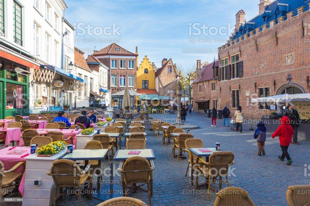 As pessoas gostam de seu dia ao longo de uma rua e lojas em Bruges, cidade da Bélgica Património Mundial, num dia de primavera, de 11 de abril de 2017 - foto de acervo