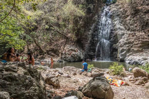 Die Menschen genießen den Besuch der Montezuma-Tüge in Costa Rica – Foto