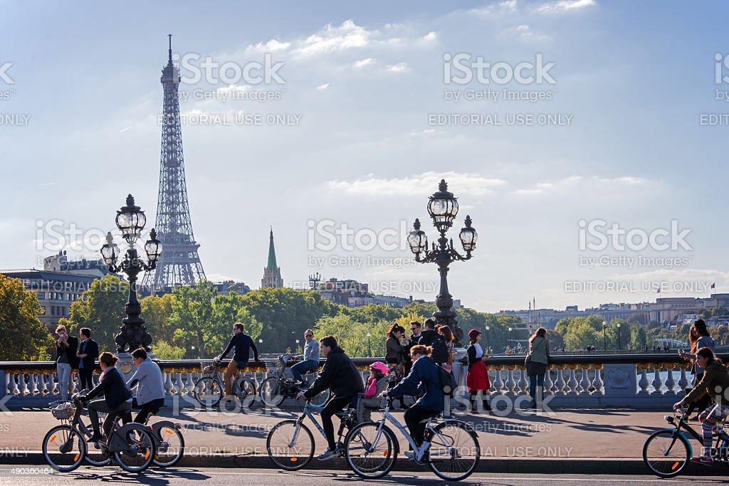 La gente disfruta de un coche de día en París, Francia foto de stock libre de derechos