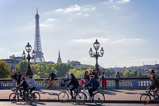 La Gente Disfruta De Un Coche De Día En París Francia Foto de stock y más banco de imágenes de 2015
