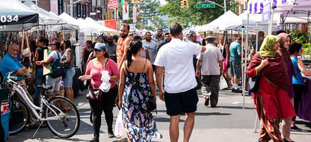 menschen, die genießen ein straßenfest in astoria, queens - editorial stock-fotos und bilder