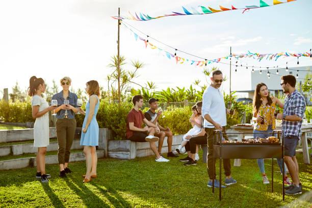 ludzie korzystający z imprezy asado na podwórku - barbecue zdjęcia i obrazy z banku zdjęć