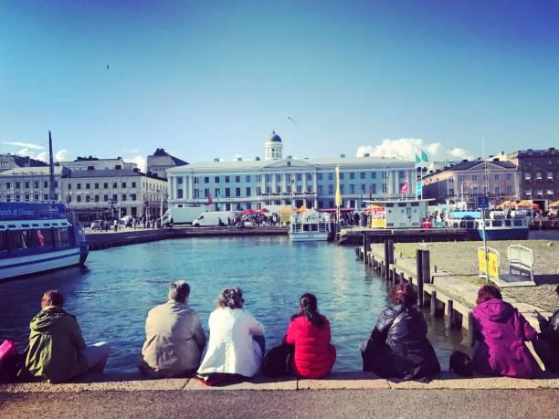 Menschen, die schöne Aussicht auf Marktplatz und Marina in alte Helsinki, Finnland – Foto