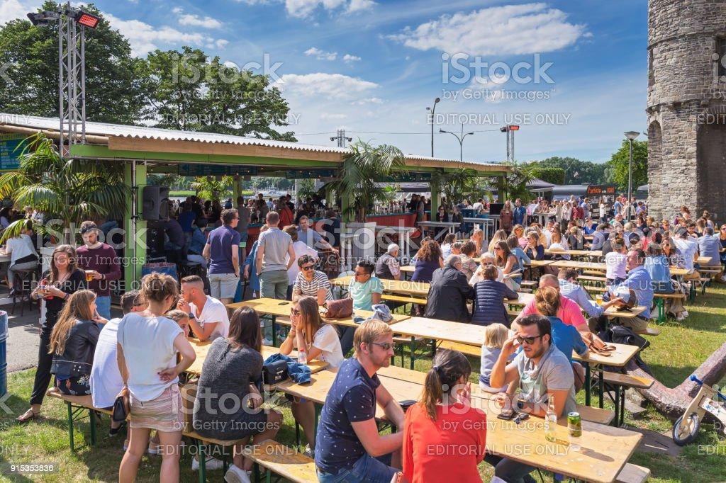 People enjoying beer стоковое фото