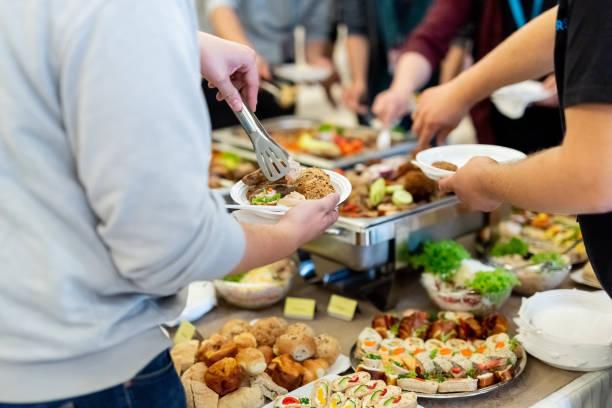 Gente disfrutando de comida buffet. - foto de stock