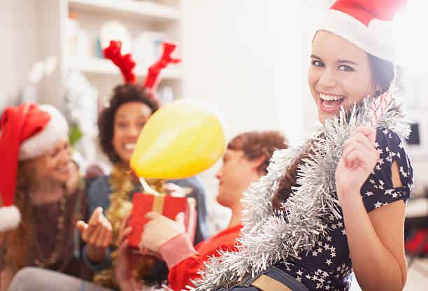 menschen, die weihnachts-party - jamaikanische party stock-fotos und bilder