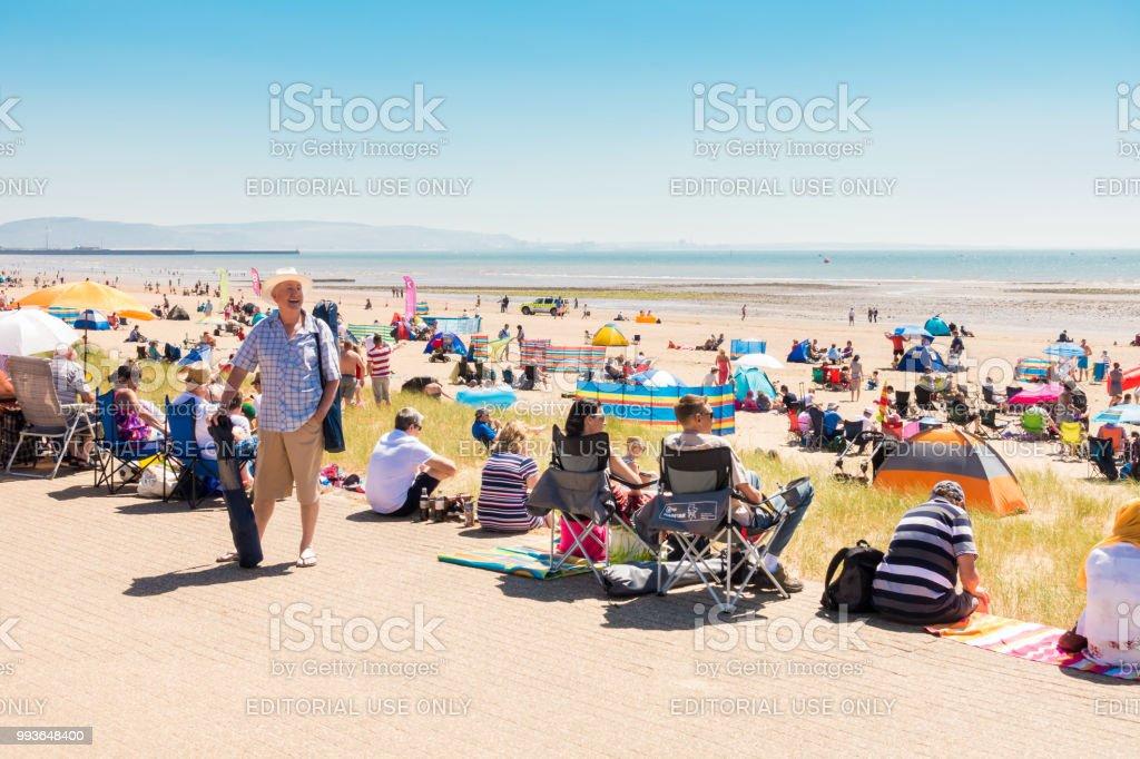 Menschen, die genießen heißen Sommertag am Strand – Foto