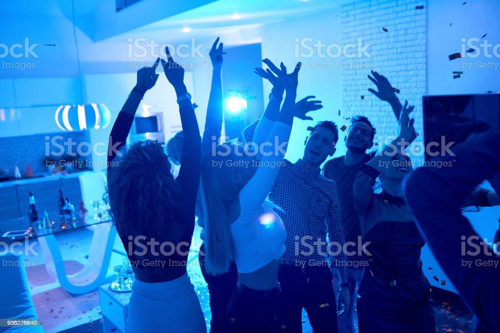 Menschen genießen House-Party – Foto