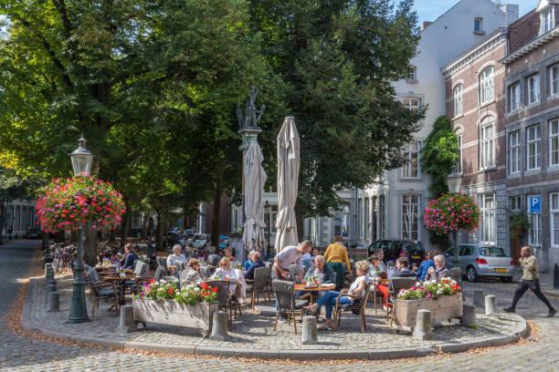 mensen genieten van het leven en het hebben van een ontspannen levensstijl in maastricht tijdens de zomer - maastricht stockfoto's en -beelden