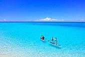 美しい海でマリン スポーツを楽しむ人々