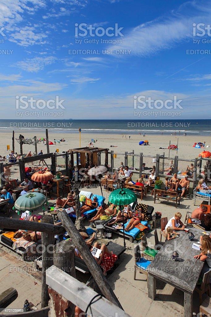 La Gente Disfruta De La Terraza Del Bar De La Playa Foto De