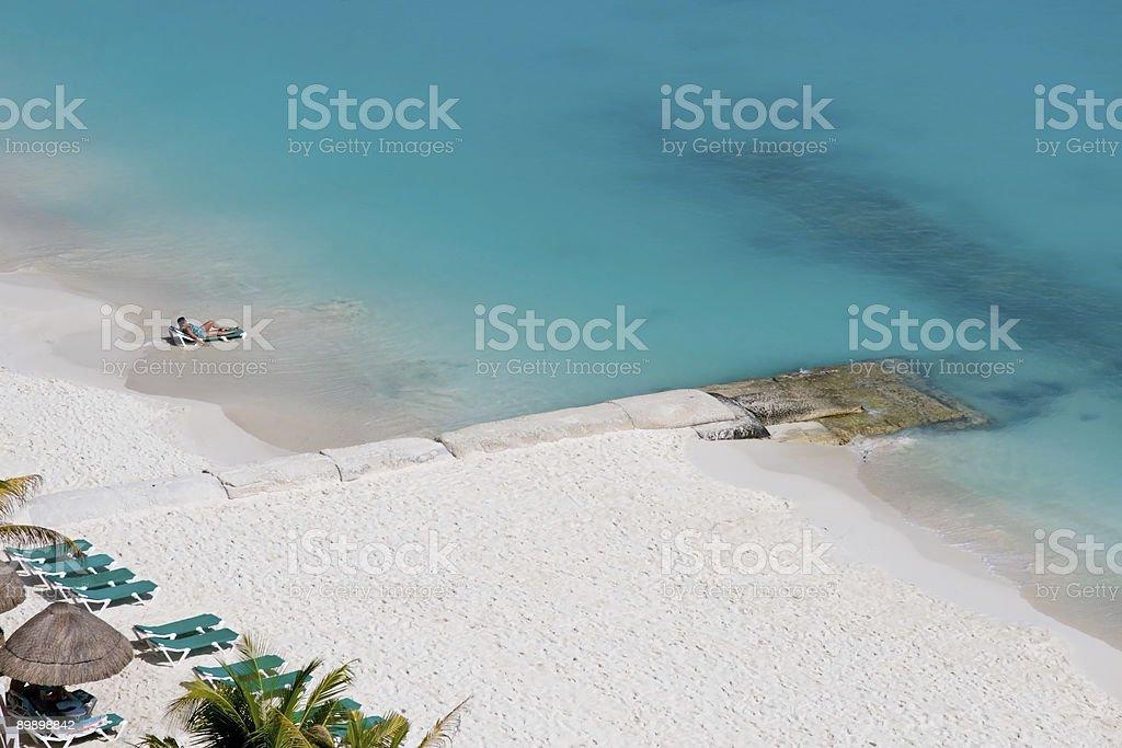 Persone che godono la spiaggia foto stock royalty-free