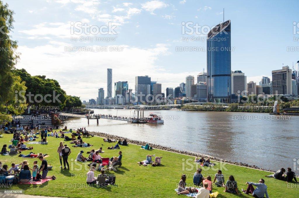 Pessoas de desfrutar do sol de Brisbane South Bank pelo Rio Brisbane - foto de acervo