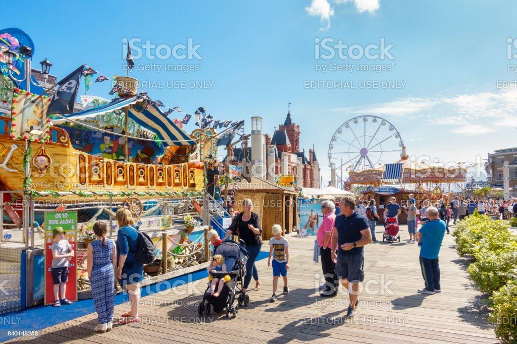 Menschen genießen die Cardiff Bay Beach Festival 2017 – Foto