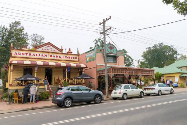Die Menschen genießen das lange Wochenende im Kangaroo Valley, einem charmanten Dorf, das für seine historische Brücke, Teestuben und Torten, Golf und Weinproben bekannt ist. – Foto