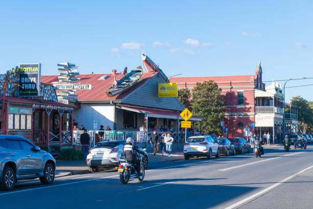 Menschen genießen das lange Wochenende in der kleinen historischen Landstadt Berry, die vor allem für preisgekrönte Restaurants, anspruchsvolle Einkaufsmöglichkeiten und eine große Auswahl an Aktivitäten bekannt ist. – Foto