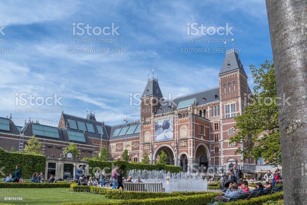 Amsterdam / Pays-Bas - 31 avril 2017: gens de profiter du jardin du Musée photo libre de droits