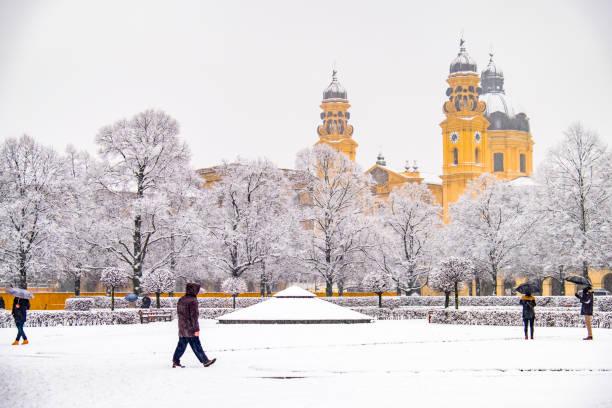 menschen genießen den odeonsplatz in münchen, während der schnee-sturm - münchen weather stock-fotos und bilder