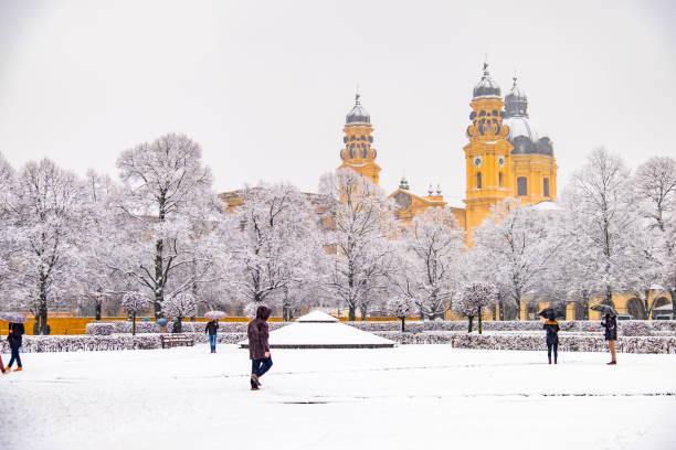 Menschen genießen den Odeonsplatz in München, während der Schnee-Sturm – Foto